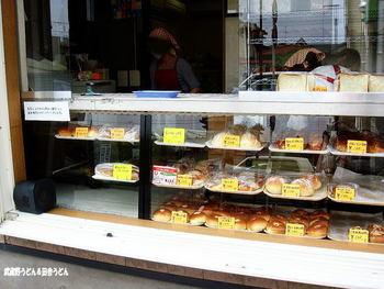 道に面したショーケースから、選んで購入する形式のお店です。 地元で大人気のパン屋さん。いつ行っても行列になっていないことは無いほどの人気で、売り切れ次第閉店です。 午後にはもう閉まっていることも多いのだとか。
