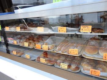 「ここの食パンしか食べない!」というほどのファンもいらっしゃるそう。 どんな食パンなのか、気になります!お値段も1つ120円前後と、お財布にやさしい、町のパン屋さんです。