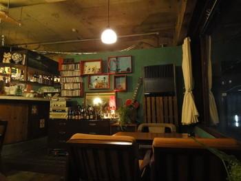 繁華街からちょっと離れた静かな路地の建物の2Fにある、隠れ家っぽいカフェが好きな人は絶対にハマってしまうのがこちらのCAFE KOCSI さん。  店内にはセンスのいい様々なかたちのソファーや椅子がゆったりと配置されており、座る席を決めるだけでもわくわくしてしまいますよ。目が覚めるようなきれいなブルーの壁に飛ぶ白い鳥の絵や、店内のいたるところで元気に繁る観葉植物。いろんな人たちの本棚から貸し出されてき本たち。すべてが素敵な空間なんです。いつまでもお喋りしたり読書していたくなる居心地のよさはもちろんのこと、お洒落でかわいい内装も人気のカフェです。