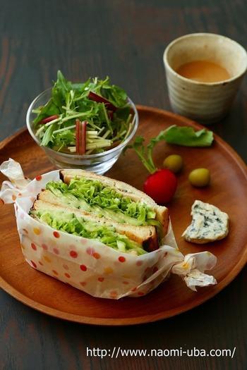きゅうり・ハム・キャベツと、一見何の変哲もないようなサンドイッチですが、実はパンにゴルゴンゾーラを塗っているんです。ちょっとおしゃれな朝食や、ワンプレートランチにいかが?