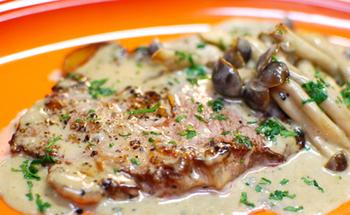 ポークソテーに、チーズと生クリームのまろやかなソースをたっぷりかけて。豚肉と同じフライパンでソースを煮詰めるので、気軽に作ることが出来ます。