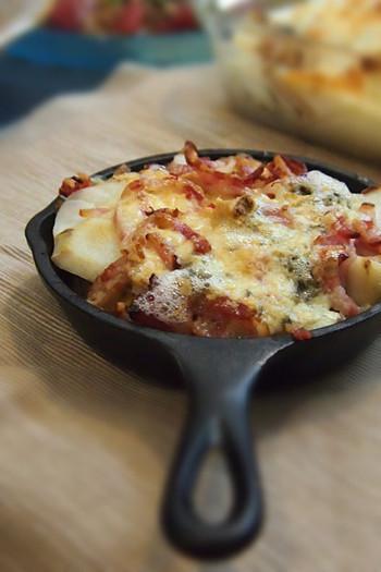 スキレットに里芋を並べ、刻んだベーコンとゴルゴンゾーラをのせ火にかけるだけ。スキレットのままテーブルに出し、あつあつをいただきましょう!