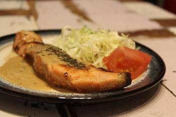 チーズソースはお肉だけではなくお魚にかけても美味!こちらもワンフライパンで作れるレシピです。見慣れた鮭の切り身が、イタリアン風に大変身!