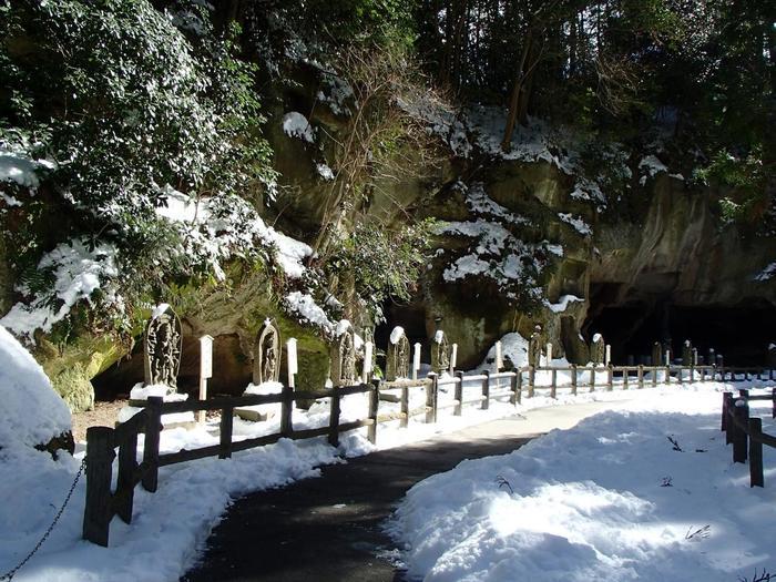 松島は霊場として崇められてきた場所でもありますが、瑞巌寺にはそれを強く感じさせるような岩窟が数多くあり、石仏が祀られています。独特の景観と厳かな雰囲気を感じられる場所です。