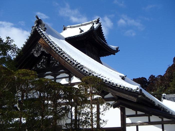 瑞巌寺は平成30年まで平成の大修理中ですが、その間だけ特別に拝観できるところがあります。庫裡はそのひとつ。庫裡とは「台所」のことです。実用的なため普通は装飾しない場所とされていますが、瑞巌寺の庫裡には多くの彫刻が施されており、伊達政宗の美意識の強さが感じられます。