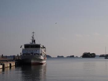 そんな松島で楽しみたいのが遊覧船。船や松島湾を回るコースが数種類用意されていますので、旅の予定に合わせて選べます。