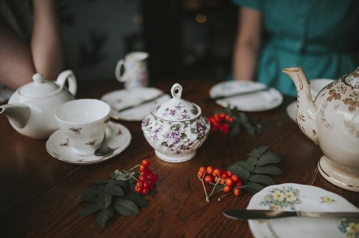 イギリスでアフタヌーンティーを楽しむ時、おしゃべりに夢中になってしまうと気づけば紅茶が冷めていた、なんてことからこのティーコージーは誕生しました。  それ以来、美味しい紅茶には欠かせないアイテムに♪