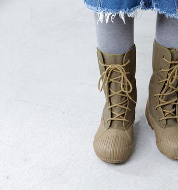 足首までしっかりと温めてくれるミドル丈のウィンターブーツです。アッパーは特殊なコーティング材を使用したキャンバスで、工夫が施されています。