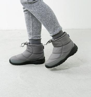 柔らかな履き心地で足を温めてくれるノースフェイスのブーツ「ヌプシ」は防水透湿性な上、スタイリッシュな色合いが魅力です。ショート丈で快適かつ軽やかに履きこなせそう。