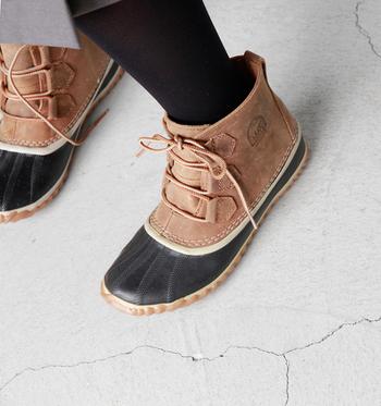 編み上げが可愛らしいブーツは、雨の日でも安心の機能が充実。一番濡れやすいつま先部分にラバーを使用し、アッパーレザーも防水使用です。