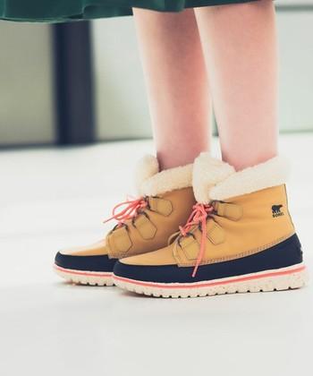 防水性に優れたナイロンアッパーを使用し、履き口にはボアを使用した暖かく快適な一足。レースアップで可愛らしさもありますね。