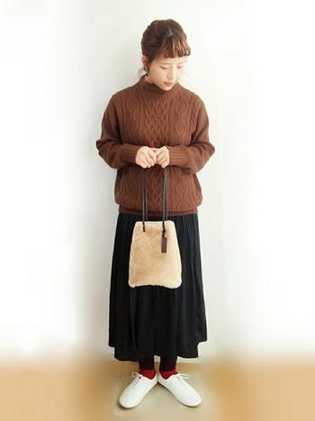 ケーブル編みのふわっとしたシルエットのニットにロングスカートを合わせたほっこりコーデ♪