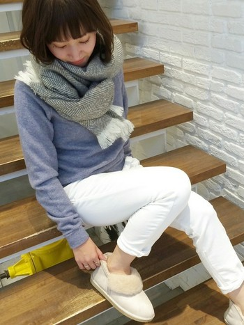 爽やかなイメージのホワイトパンツも足元がムートンブーツなら、あたたかな印象に仕上がりますね。