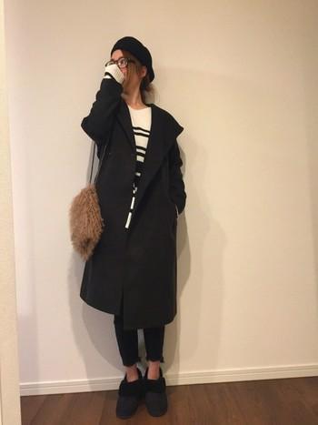 黒を基調としたワントーンコーデは、切りっぱなしデニムの裾やムートンブーツの折り返しがニュアンスをプラスしています。