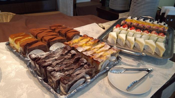 彩りよく、おいしそうなケーキがたくさん並んでいます。ケーキだけでも20~25種類あります。他にもゼリー、和スイーツ、パン、フルーツ、惣菜が豊富にあり、1度で制覇するのは難しいようです。