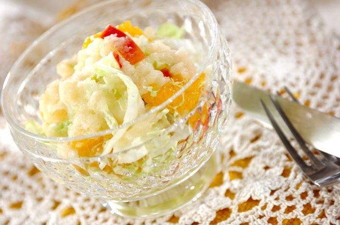 あっさりした白菜は、フルーティーなドレッシングがよく合います。りんごとミカンの実が入っているので、子供たちもぱくぱく食べてくれるサラダになりました。
