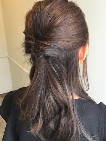 ゴムのすぐ近くに髪を入れるのがポイントなんだそう!たったこれだけで、くるりんぱの完成です。