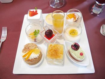 OZIOのパティシエは、「ジャパンケーキショー」で連続受賞した山田晃司氏。デザートワゴンに乗っているオリジナルケーキはどれも一つ一つの完成度が高いデザートばかりで、ビュッフェ台に乗っているお菓子を含めて約20種類以上のデザートを堪能できます。また途中で提供される、一人一皿のみのスペシャルデザート、一度提供された後はオーダー制になる、フォカッチャ2種とジェラートも大変おいしいそうです。接客については、どのシーンにおいても非常に満足と評価が高いです。