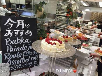 イチゴのショートケーキ、ティラミス、サヴァラン、オペラが並んでいます。