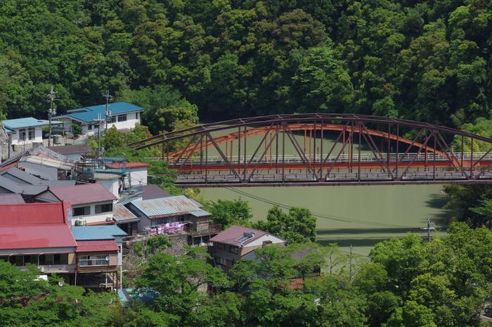 「十津川村」があるのは奈良県の最南端で、和歌山県と三重県の県境にもあたる場所。村の96%は山で占められており、全体の広さは琵琶湖とほぼ同じくらいという、日本一大きな村としても知られています。電車は通っていないため、アクセスは車か、近鉄八木駅やJR新宮駅から路線バスに乗ります。