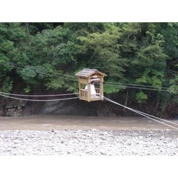 「野猿(やえん)」とは、谷川にロープを張って取り付けた人力ロープウェイのこと。綱をたぐり寄せながら対岸へ進む、何とも楽しいアクティビティです。その様子が猿が蔓を伝う姿によく似ていることから、野猿と名付けられました。