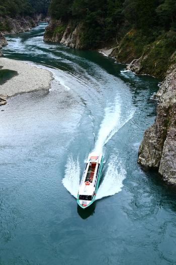 瀞峡は観光用のジェット船でじっくり観て回ることができます。巨大な岸壁やいろいろな形をした岩などを、間近で堪能できますよ☆