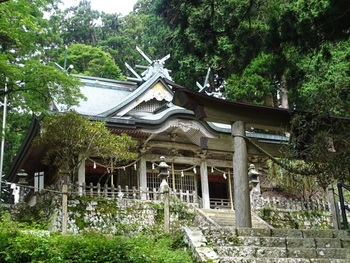 玉置山の山頂近くにある「玉置神社(たまきじんじゃ)」は、十津川村のパワースポット。2千年以上続く由緒正しい神社で、あの空海も修行を行った場所と言われています。