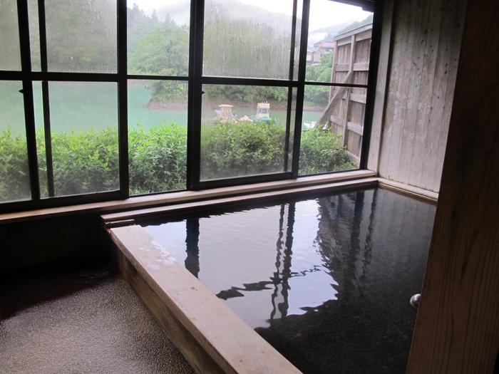大きな窓からはダム湖が一望できます。十津川温泉は日本で初めて源泉かけ流し宣言を行った温泉地で、正真正銘の良質な温泉が自慢です。
