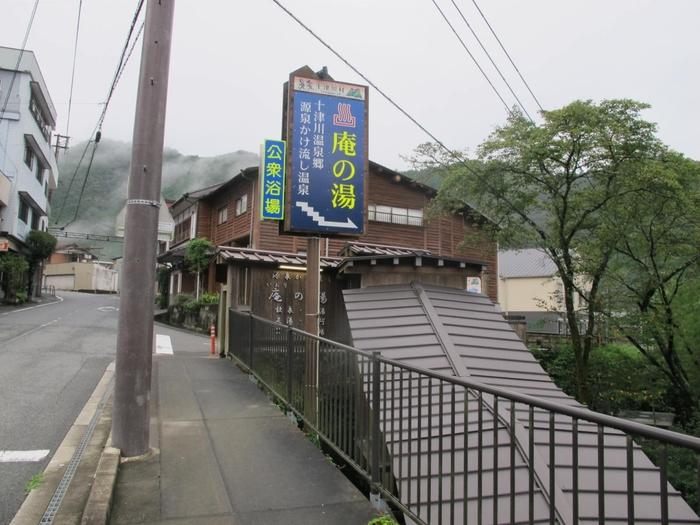 二津野ダム湖畔の周辺に湧いている温泉は、「十津川温泉」という総称で呼ばれています。旅館はもちろん、気軽に入浴できる公衆浴場も揃っていますよ。こちらの「庵の湯」は観光客にも人気です。