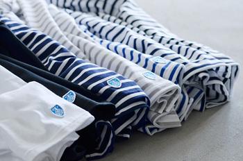 白地にロイヤルブルーのストライプが原型です。現在では様々な配色パターンのバスクシャツが存在します。