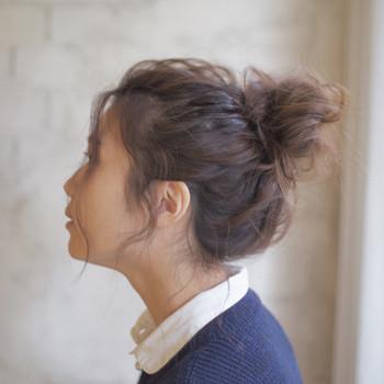 ふわくしゅのおだんごヘアーは女の子っぽくて可愛いですね。高い位置でまとめると元気なイメージに仕上がり、カジュアルなファッションにもよく似合いますよ。
