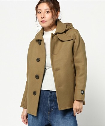 かわいいベージュのPコートです。デニムと合わせてカジュアルに可愛く。 ちなみにフードは取り外し可能なので、その日のコーディネートに合わせて使えます。