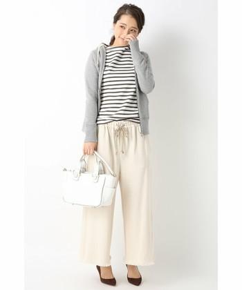 英国発の伝統を大切にしつつリアルクローズなアイテムが揃うTRADITIONAL WEATHERWEAR(トラディショナルウェザーウェア)のパーカー。女性らしいコンパクトなシルエットでパンツにもスカートにも合わせやすいですよ。こんな風にボーダー+パンツで大人の休日風に着こなすのも素敵。