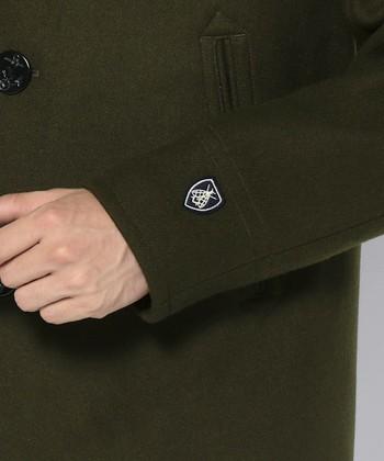 袖にはORCIVALのシンボルであるミツバチマークが付いています。ボタンはマリンを象徴する柄であるイカリマークがモチーフになっています。