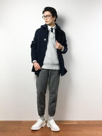 流行のジョガーパンツを合わせたビジネスカジュアルスタイル。このままデートでもOKなコーデですね。
