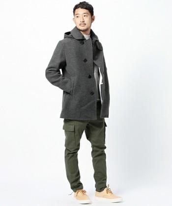 Pコートはオランダ語でラシャのコートを意味するpij jekkerが語源です。ラシャとはウールを密に織って起毛させた厚手の生地です。主に海軍の制服として、世界各国の軍隊で取り入れられてきました。
