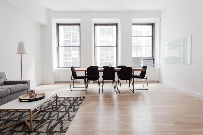 暮らしに必要な最低限の物以外は持たない、置かない。 リビングには、シンプルに机と椅子のみ。究極のミニマルな空間です。家具や物が少ないお部屋は、掃除も楽になって家事の時間も短縮。自分時間も増えて、趣味にその余った時間を費やすこともできますね。