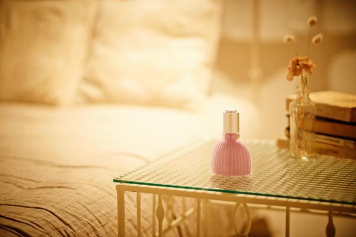 「フラワー スピリット」は、スキンケア以外でも日々の何気ない瞬間に「ときめき」を与えてくれる美容液なんです。花をイメージして作られたピンクのボトルは、すでにSNSなどでも「可愛い!」と話題に。インテリアにも馴染むキュートなデザインなので、部屋に置いているだけで気分が上がりそう。