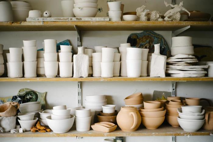 キッチンや、食器もいつも使うものだけにして、見直してみると使っている食器ってごくごく限られていたりしませんか? 食器だって、そう沢山はいりません。スープも、どんぶりも同じお椀での代用も可能です。コップと湯のみも一緒だって良いのです。あれもこれも・・・ではなくて、本当に必要な物、本当にお気に入りの良い物だけで揃えるという暮らしに変えてみてはいかがでしょう。