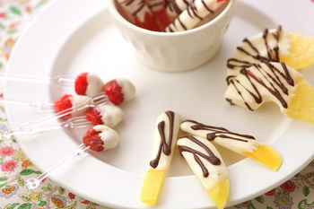 ドライフルーツにホワイトチョコレートをコーティングしたフルーツチョコは、優しい味わいのプチデザート。チョコを溶かすだけの簡単レシピですが、甘酸っぱさがやみつきになる一品です。食べやすいように可愛いピックなどを刺してドレスアップしてもいいですね!