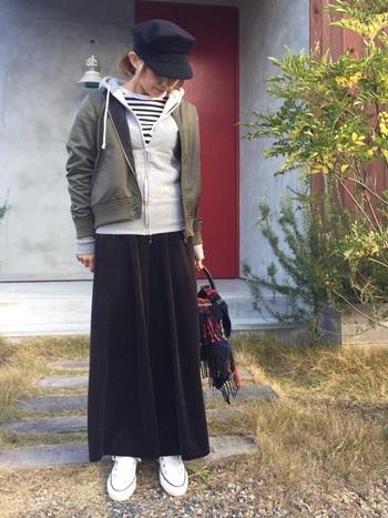 黒のマキシ丈スカートにパーカーを加えて大人のカジュアルスタイルの出来上がり。