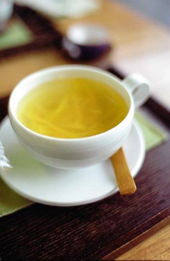 ほっとする甘みと柚子の香りを楽しむ柚子茶。 柚子ジャムの要領で砂糖と柚子の皮と果汁を10分ほど弱火で煮詰めて作った柚子茶ベースをお湯にといて飲みます。 上のハチミツ漬けをお湯でといても、ちょっと変わった柚子茶になりますね♪