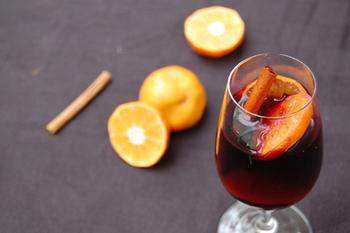 漢方薬としても使われる「スターアニス(八角)」「クローブ」、そして「はちみつ」がはいったホットワインは、風邪のひきはじめにぴったりですね。