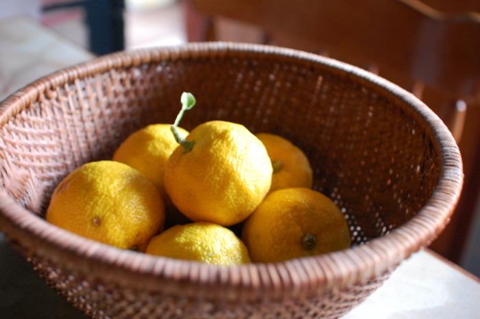 柚子をそのまま玄関やトイレに置いておくだけで消臭剤や芳香剤の代わりとして活用できます。 柚子は腐りにくいので、そのまま置いておくだけでも数ヶ月は腐らないそうです。