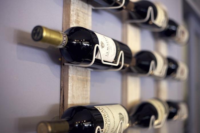 ホットワインの基本は赤ワイン。どんなものでもOKなので、家にあるものを使ってくださいね。ちょっとアレンジするだけで美味しく飲めるので、お店で買われる際はお手頃なものでも十分ですよ。