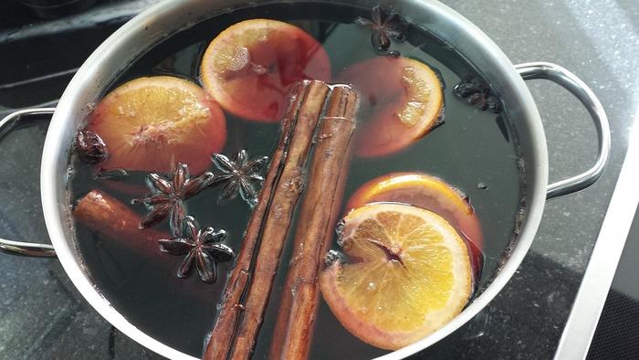 レシピと好みによって違いますが、「シナモン」「スターアニス(八角)」「クローブ」がポピュラー。また、オレンジなど柑橘系の皮を入れると、香りが華やいで飲みやすくなります。その他、「ショウガ」や「ブラックペッパー」、「唐辛子」を入れても良いですね。