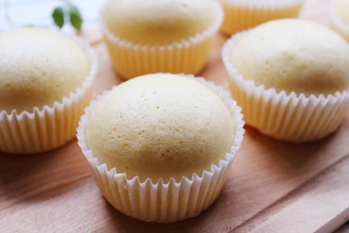 """ふわふわの幸せ食感の""""蒸しパン""""をおうちで楽しんでみませんか? 材料を混ぜて生地を作ったら、カップに入れて蒸すだけなのでとっても簡単なんですよ♪"""