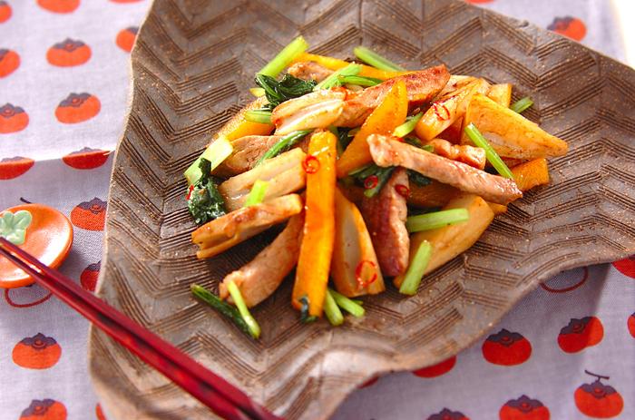 豚肉の旨味と柿の甘みが絶妙です!柿が美味しい季節に是非おすすめなな一品。豚肉の程よい弾力、小松菜のシャキシャキ感、柿のトロッとした食感が組み合わさって、やみつきになる美味しさです。