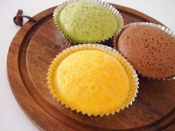 人参の黄色やほうれん草の緑など、野菜本来の色をいかしたカラフルな蒸しパン。野菜嫌いなお子さんも、これならきっとパクパク食べてくれるはず♪
