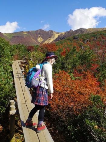 チェックのスカートが紅葉にぴったり♪季節感のある素材や柄で、アウトドアファッションを楽しんで♪